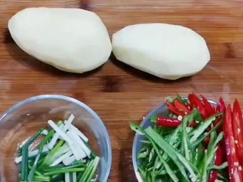炒酸辣土豆丝,别再直接往锅里倒醋了,掌握这个手法,味道更浑厚