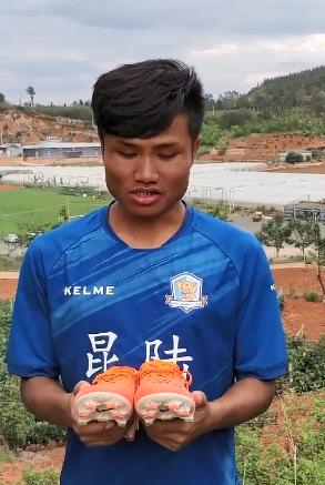 水中踢球少年放弃职业足球,韦世豪发视频鼓励