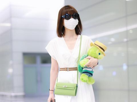 毛晓彤穿一袭白色连衣长裙走机场,温柔清新,自带满身仙气!