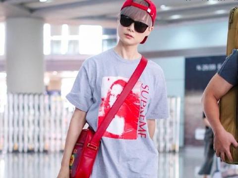 李宇春私服穿搭真潮,穿印花图案灰色头像搭配短裤,洋气又个性
