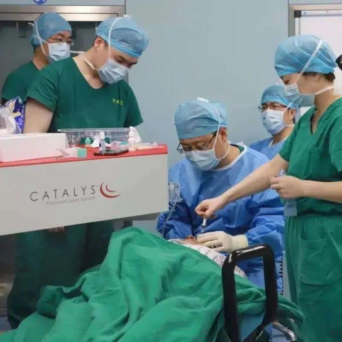 眼科大咖坐镇,近视眼、青光眼、白内障,近百位眼疾患者闻讯赶来做手术