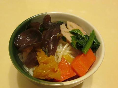 三伏天喝抗敏五行排骨汤,改善鼻子过敏的汤品,电饭锅可轻松制作