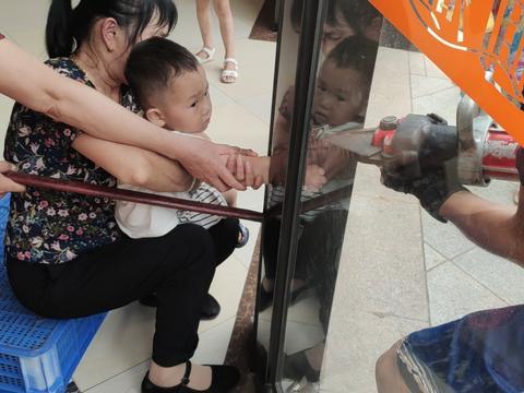 南昌 小孩儿手卡玻璃门 消防紧急救援