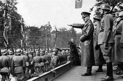 84年前,那位不向纳粹敬礼,还双手抱胸的德国市民,最后结局如何