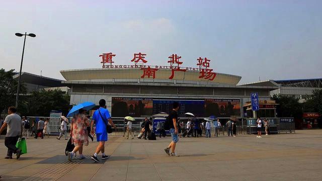 """最""""晕头""""的火车站,两个站点只隔一堵墙,游客:到底去哪个"""