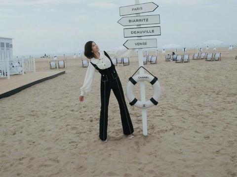 刘诗诗真适合短发,在沙滩穿白衬衫配背带裤,短发微卷少女感十足