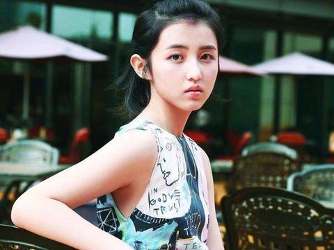 """有种放飞自我叫张子枫,左腿""""乖乖女""""右腿""""大姐大"""""""