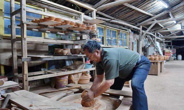 六旬工匠制陶50年,在龙窑中烧建盏,窑温高达1300摄氏度