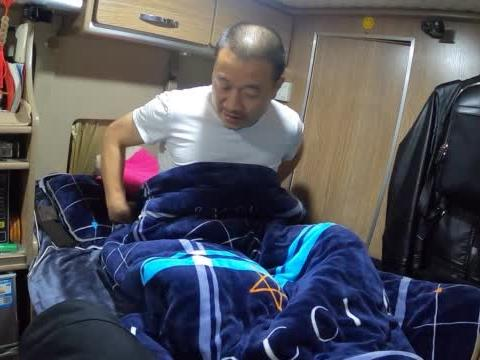 房车自驾西藏,川藏线大山里外面下着小雨,房车里睡觉感觉如何