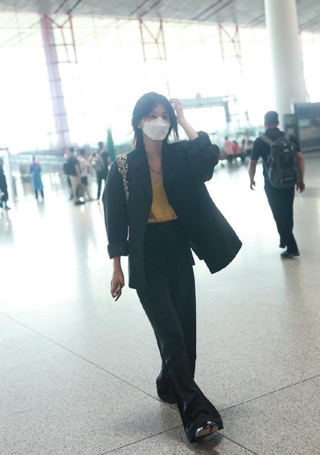 乔欣换一种穿搭风格真好看,黑色西服搭配阔腿裤,干练又时髦