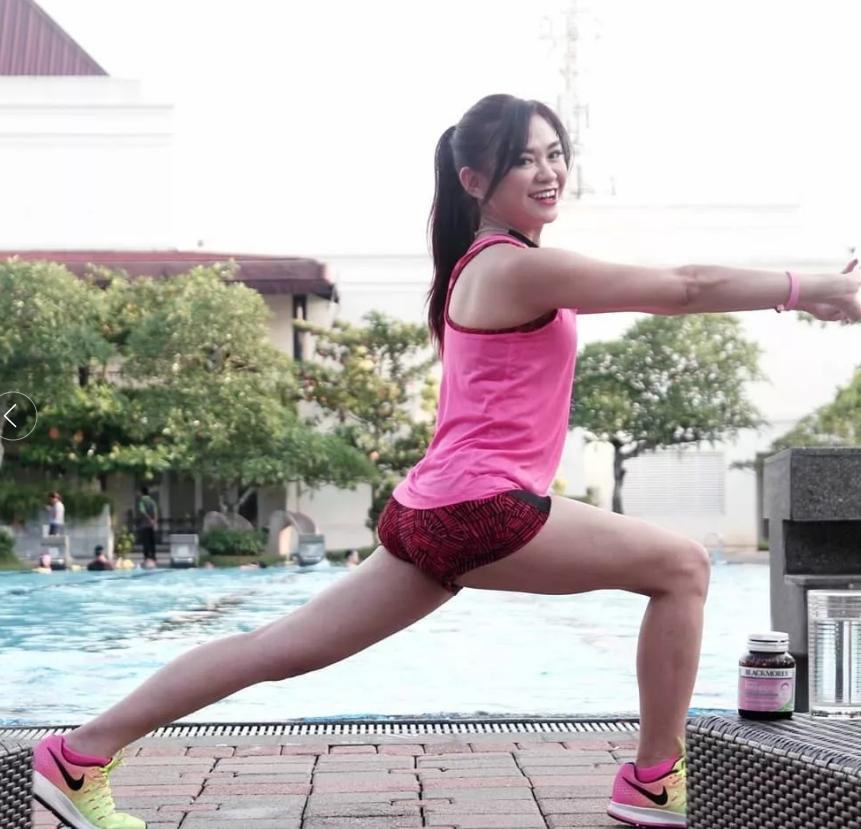 印尼51岁妈妈坚持练习瑜伽,身材堪比少女,和儿子合照似情侣