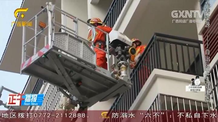 小男孩趁家人不注意,从七楼爬到六楼阳台被困,河池消防展开救援
