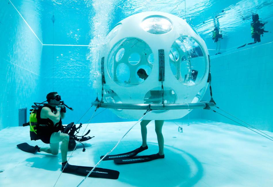 """比利时一座水下""""餐厅"""",建在33米泳池下,一顿3000还有特殊要求"""