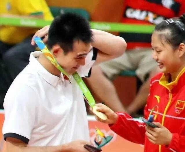 """女排球星""""爱情""""!龚翔宇和大帅哥被球迷看好,教练俘获队长芳心"""