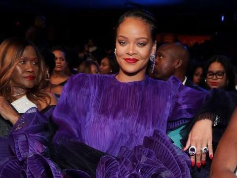 """蕾哈娜的裙子""""中毒了""""?精致妆容不愧是富婆,""""蜘蛛鞋""""抢镜"""