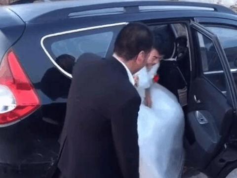 一场同性恋婚礼,只有一辆婚车,一个朋友参加