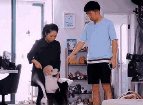 带你看看演员杨迪的家:家里连饭厅餐桌也没有,只能在茶几上吃饭
