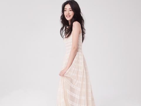 她因《双世宠妃》出名,今穿复古印花裙出镜,配蓬松双马尾好甜美