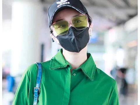 范冰冰身穿绿色衬衫连衣裙搭配白球鞋现身机场,十分清新亮眼
