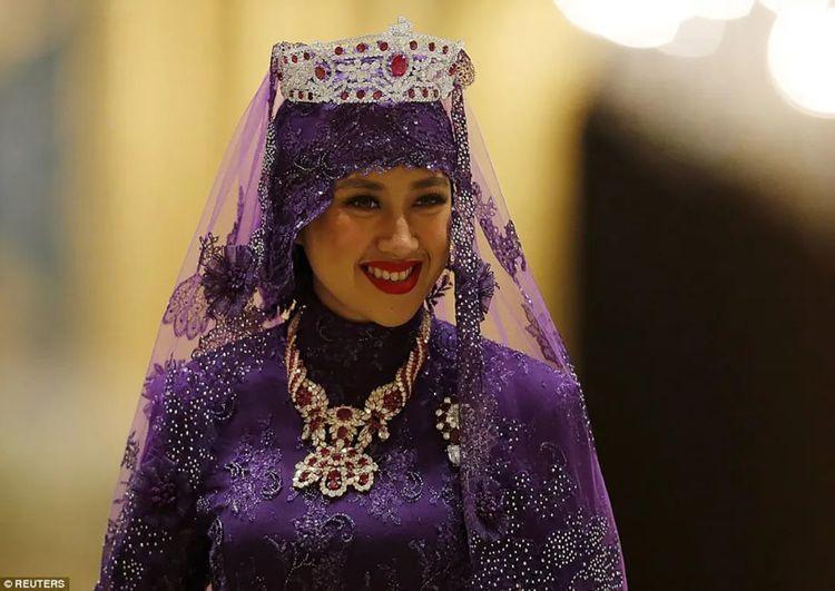 文莱三王子迎亲够气派,给新娘戴纯金粗脚链,一个动作让新娘臣服