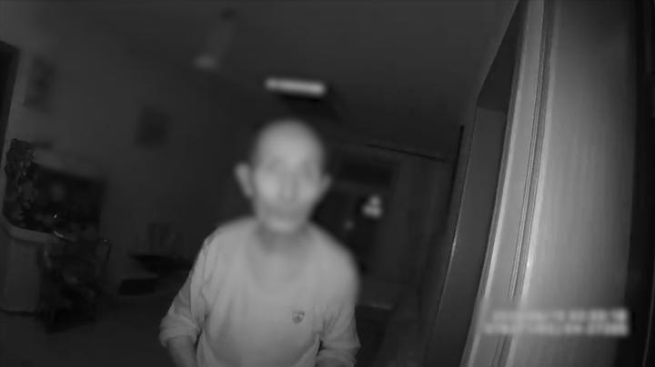 被老伴忘记了!八旬老人散步回家被反锁门外 徘徊到凌晨竟爬窗上楼