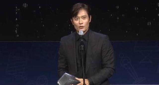 李英爱夺得第25届春史电影节影后,李秉宪再次斩获影帝奖项