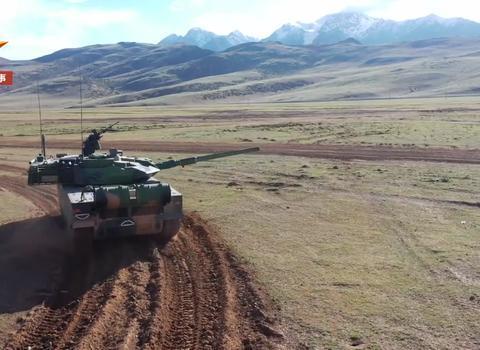 8秒一炮:15式坦克上高原实弹射击,全新自动装弹机前所未见