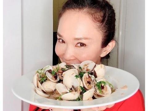 范文芳李铭顺高调秀恩爱,疫情在家自制美食,成糕点大厨