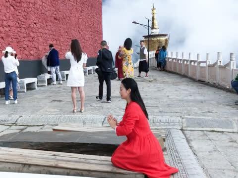 不惧山高路险来到第二布达拉宫:阿坝观音寺,拜菩萨有些讲究