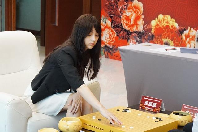 围棋女神黑嘉嘉,在日本深受欢迎,曾穿旗袍对弈,美得不敢直视