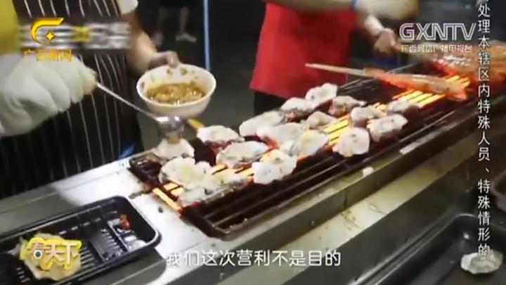 """四川一高校为毕业生搭起""""美食一条街"""",摊主全都是学校食堂员工"""