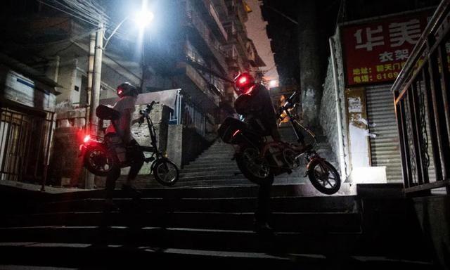 山城小伙体验父亲代驾:路上骑车摔四五次,还要扛着小车爬天梯