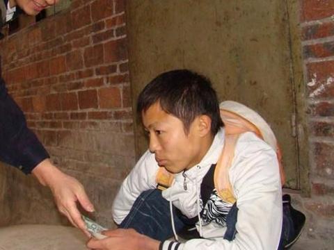 12年前汶川地震,那个为灾区捐185元的河南乞丐,现在生活怎样?