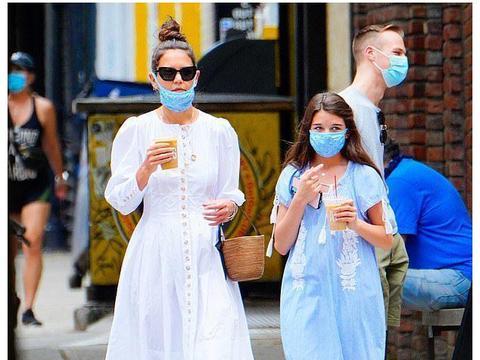 小苏瑞随前阿汤嫂现身街头,穿长裙状态大好,戴口罩喝奶茶两不误