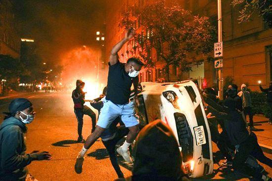 德国斯图加特扫毒引爆骚乱 数百人攻击警察砸商店