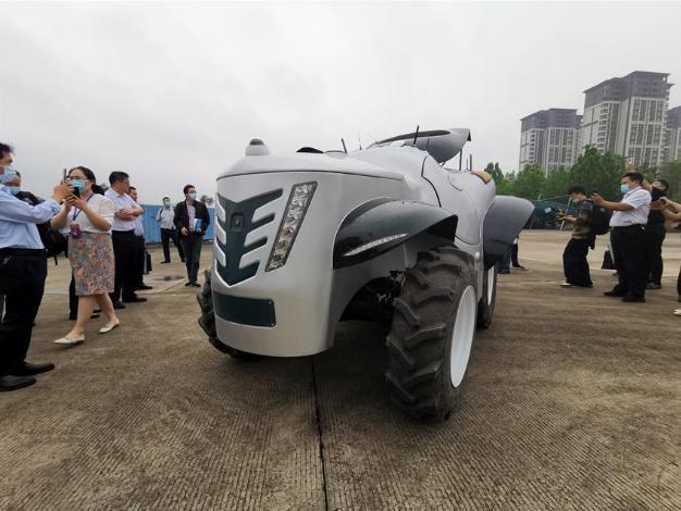 河南造车新势力厉害了!拖拉机赶超特斯拉,电动轿车卖德国