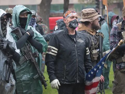美国白人武装强势出击,国土安全部警告:将进攻华盛顿,突袭白宫