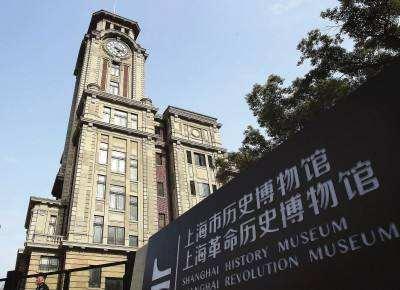 上海历史博物馆有幅油画,人们在路灯下仰望,他们在见证一件大事