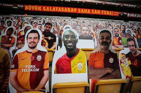 土耳其俱乐部加拉塔萨雷今日空场比赛场边观众席缅怀科比