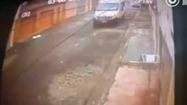 下了大巴从大巴车前经过的事经常发生
