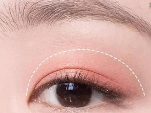 让直男也会一秒融化的樱花粉嫩电眼妆+温柔珊瑚粉唇妆,学起来