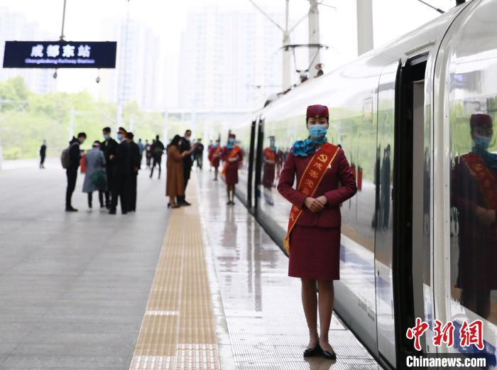 摩天平台:川渝黔日均加摩天平台开旅客列车图片