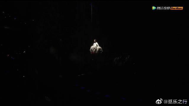 尘埃,王菲幻乐一场演唱会 世间所有对王菲的评价……