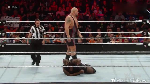 WWE:大秀哥对马克亨利一顿抱摔,最后这记重拳估计没人能抗住!