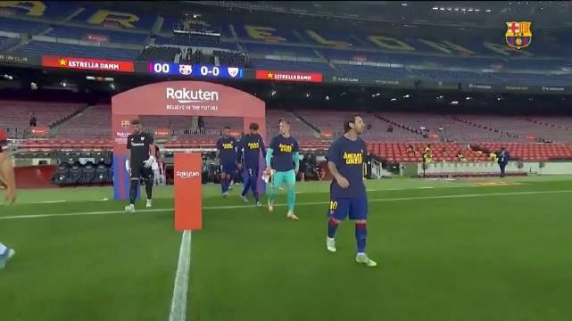 球员们穿着应援球衣入场,为患渐冻症的温苏埃加油!
