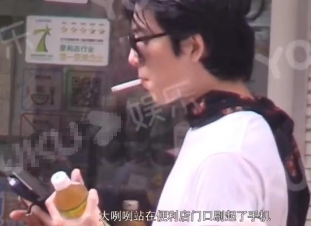 井柏然抽烟被拍,叼烟姿势文艺范儿十足,好评如潮