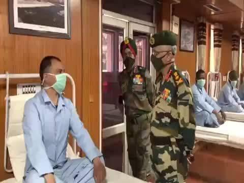 印度陆军总司令慰问了位于萊赫军事学院医院里面的伤兵