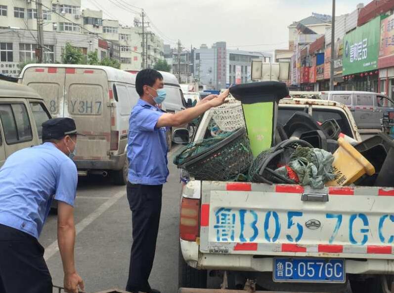 胶州交警联合执法向占道经营、占用公共停车位
