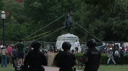 示威者试图拉倒杰克逊雕像 图源:社交媒体