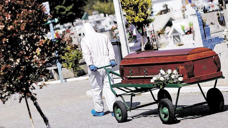 智利墓园安葬新冠逝世者